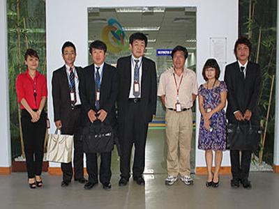 Đoàn khách Hitachi Ltd. chụp lưu niệm cùng cán bộ nhân viên FPT Software