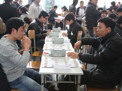 Phạm Văn Thạo (phải), lập trình viên thuộc Đơn vị phần mềm chiến lược số 1 (FSU1), FPT Software. Ảnh: Quang Huy.