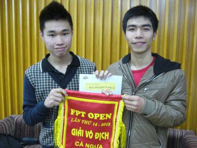 Phạm Anh Vũ và Nguyễn Thanh Thiệp - sinh viên lớp PV 0728 ngành Tài chính Ngân hàng ĐH FPT. Ảnh: Lưu Vân.
