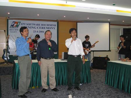Anh Nguyễn Thành Nam và Hoàng Minh Châu (từ trái sang) hát mừng chi nhánh HCM.