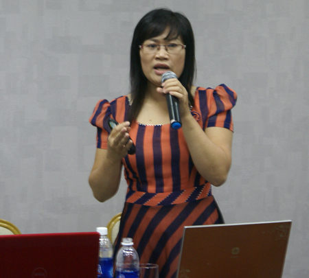 Chị Lê Thị Loan, PGĐ Trung tâm Phần mềm Nhân sự, FPT IS Soft, giới thiệu về FPT.iHRP tại hội thảo.