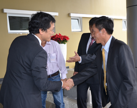 Anh Nguyễn Thành Lâm (trái), TGĐ FPT Software bắt tay chào đón ông Luân tại F-Town.