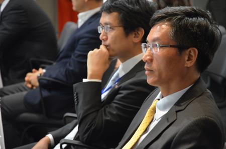 Ông Nguyễn Xuân Luân và anh Lâm chăm chú theo dõi clip.