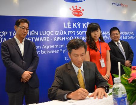 Đại diện Kinh Đô đặt bút ký hợp đồng.
