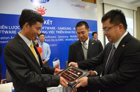 Chủ tịch Hoàng Nam Tiến tặng quà lãnh đạo Kinh Đô.