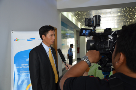 Ông Luân trả lời phỏng vấn đài truyền hình tại TP HCM tham gia sự kiện.