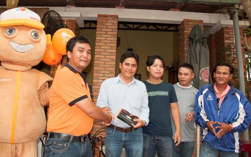 Kết hợp chuyến đi, đoàn CBNV FPT Telecom Long An cũng đến thăm và tặng quà các khách hàng thân thiết.
