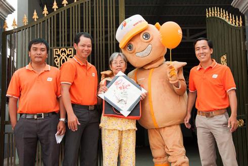 Với những khách hàng lớn tuổi, FPT Telecom tặng quà là các bức thư pháp với các chữ Phúc - Lộc - Thọ.
