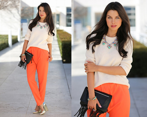 Chiếc quần màu cam khiến chủ nhân thêm rạng ngời, ấn tượng.