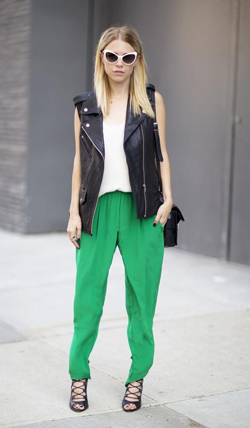 Gam màu sáng của chiếc quần trở thành điểm nhấn cho trang phục và phụ kiện đen trắng.