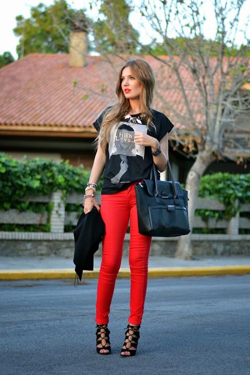 Set đồ đối lập: quần đỏ, áo T-shirt năng động và sandal cao gót buộc dây điệu đà nhưng mix với nhau một cách hoàn hảo.