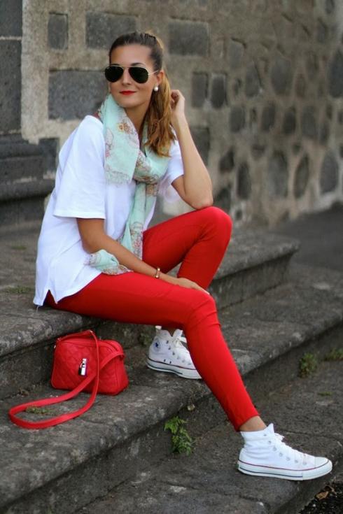 Kết hợp với giày thể thao và kính mắt để vừa thời trang, vừa năng động.