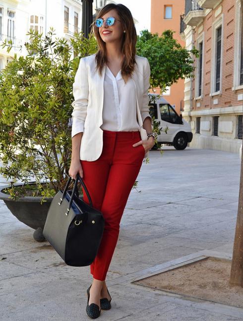 Với giày loafer, bạn sẽ trở nên nổi bật khi kết hợp chúng với áo sơ mi thường và quần màu đỏ dáng ôm.