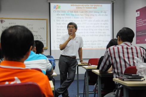 Quản trị công ty - môn cuối cùng của năm nhất do TGĐ FPT Bùi Quang Ngọc giảng dạy sẽ hoàn thành cùng ngày với lễ sơ kết.