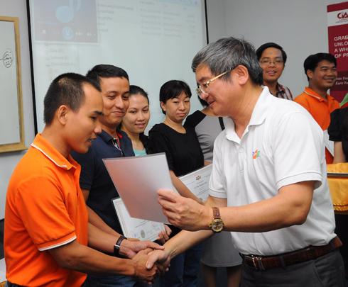 Học viên Lê Tấn Thành (áo cam) là một trong những người ở xa nhất của khóa. Anh Thành đang là PGĐ Chi nhánh FPT Telecom Long An.