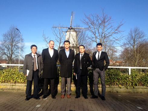 Đầu năm 2014, Chủ tịch FPT IS ký quyết định thành lập VPĐD FPT IS tại Hà Lan và bổ nhiệm anh Trần Tuấn Phong làm Trưởng VPĐD tại đây. Đồng thời, đơn vị FPT IS cũng mở VPĐD tại Campuchia, Bangladesh và mới nhất là tại Nhật, Indonesia, nâng tổng số nước hiện diện của đơn vị lên 8 nước. Trong ảnh, là anh Trần Tuấn Phong (thứ hai từ phải sang) với các đồng nghiệp tại Hà Lan. Ảnh: FPT IS.