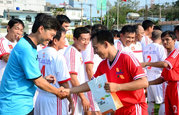 Các cầu thủ FPT HCM tặng cho cho 25 cựu tuyển thủ quốc gia và ban huấn luyện.