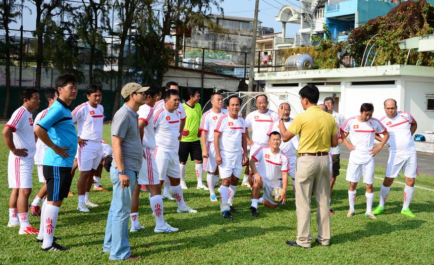 Chiều ngày 14/3, trận giao hữu giữa tuyển FPT HCM và đội các cựu tuyển thủ Việt Nam đã diễn ra trên sân Công an thành phố, quận Tân Phú, nhân kỷ niệm 25 năm thành lập FPT HCM. Theo đúng kế hoạch, các cựu tuyển thủ quốc gia đã có mặt từ khá sớm để khởi động và hội ý chiến thuật.