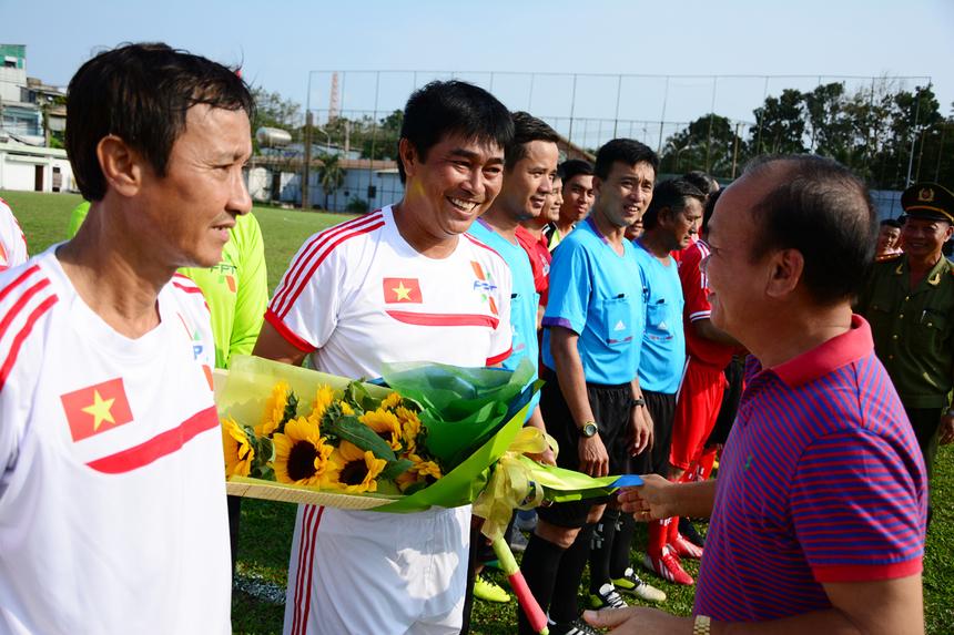 Anh Hoàng Minh Châu, Cố vấn cao cấp về Văn hóa FPT, gửi tặng bó hoa thể hiện tình hữu nghị đến các cựu tuyển thủ quốc gia.