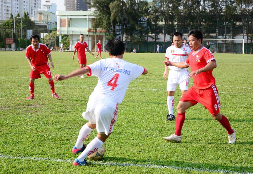 """Dù đã bước sang bên kia sườn dốc của sự nghiệp """"quần đùi áo số"""" nhưng các cựu tuyển thủ Việt Nam vẫn còn đó kinh nghiệm chinh chiến, sự dẻo dai trong các pha xử lý bóng cũng như những bước chạy trên sân và tạo ra nhiều cơ hội nguy hiểm về phía khung thành của FPT HCM."""
