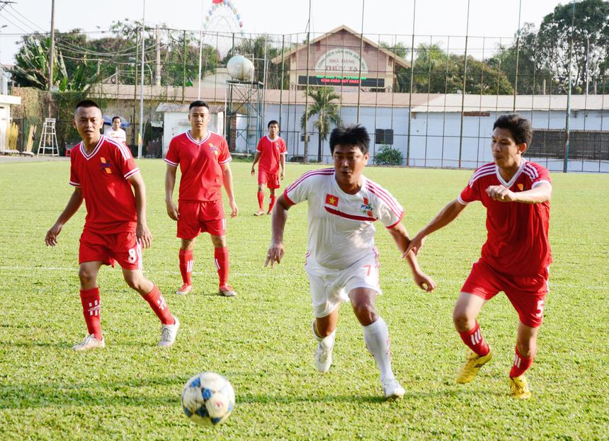 Dù không trực tiếp ghi bàn nhưng cựu tiền đạo của tuyển Việt Nam Trần Minh Chiến cũng khiến hàng thủ của FPT HCM làm việc khá vất vả.