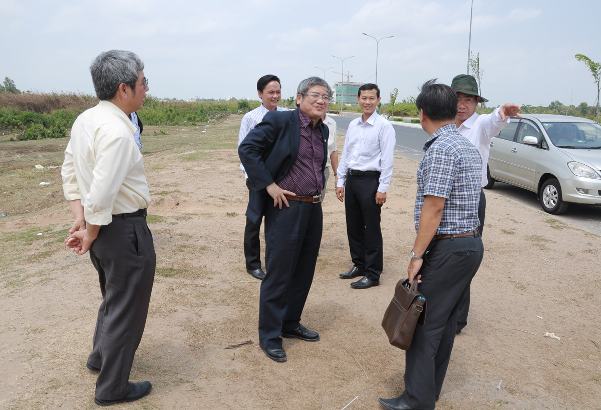 Ngay sau bữa trưa, đại diện Sở Tài nguyên và Môi trường đã dẫn đoàn FPT tham quan, khảo sát ban đầu về các lô đất dự định giới thiệu cho tập đoàn.