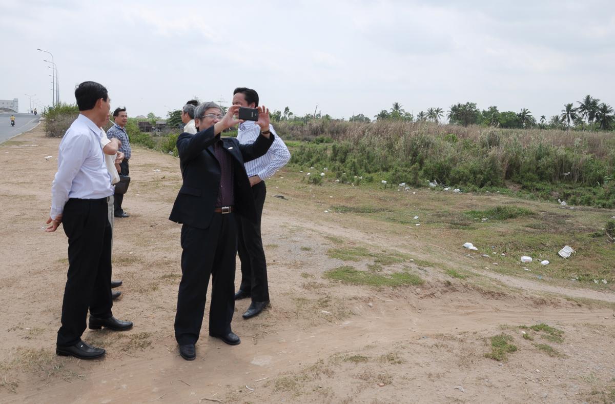 TGĐ Bùi Quang Ngọc ghi lại hình ảnh về lô đất 5,6 ha mà địa phương giới thiệu cho khối Giáo dục FPT.