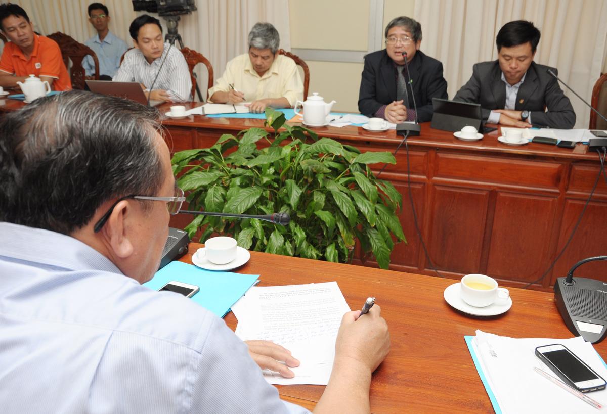 Chủ tịch Cần Thơ ghi lại ý kiến đề xuất của TGĐ FPT trong việc đề nghị địa phương hỗ trợ tập đoàn để mở rộng lĩnh vực xuất khẩu phần mềm và giáo dục.