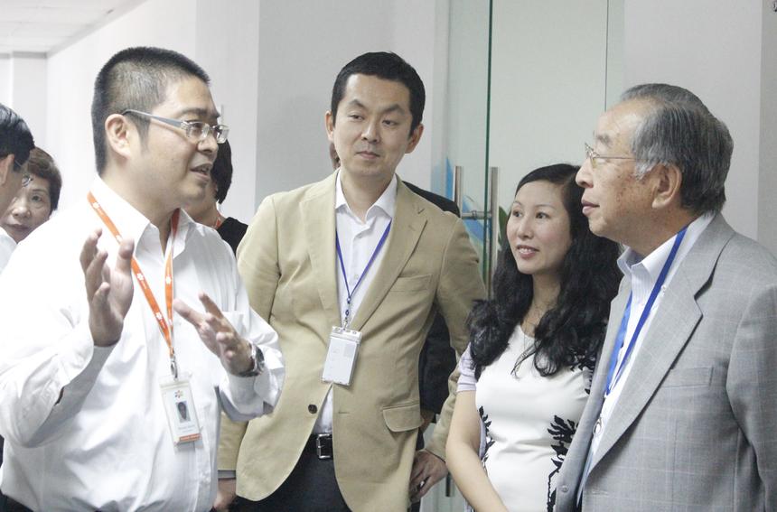 Anh Hikiishi Hiroyuki, (trái, FSU15), đại diện đơn vị đón tiếp bác Hamaguchi. Là người Nhật, anh Hiroyuki sử dụng ngôn ngữ của đất nước mặt trời mọc để giải thích về lĩnh vực và công nghệ mà FSU15 đang làm cho khách hàng quê hương.