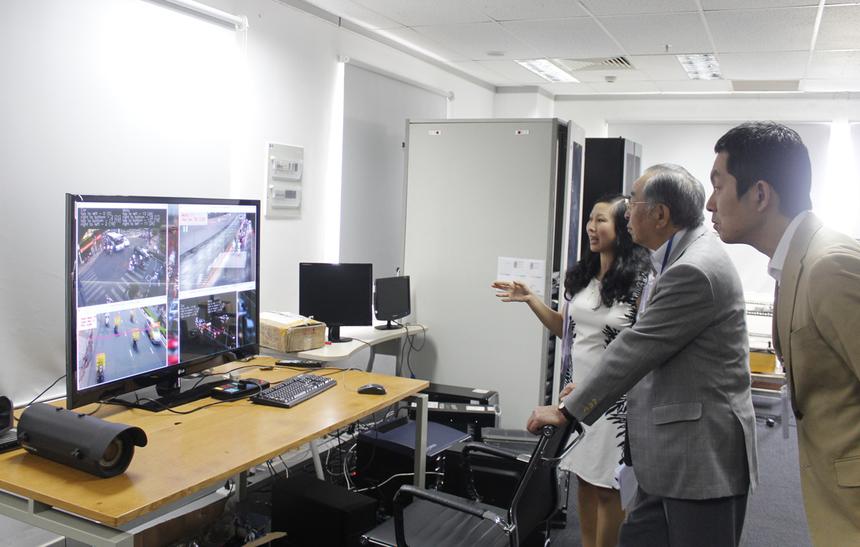 FTS đang thử nghiệm giải pháp Nhận diện biển số xe tại xa lộ Hà Nội (TP HCM) và cho kết quả chính xác ở mức rất cao. Giải pháp này là hệ thống nhận dạng biển số xe thông minh có tích hợp định vị toàn cầu GPS để hỗ trợ cho giám sát, phát hiện biển số xe quan tâm, đồng thời hỗ trợ quản lý giao thông tại các đô thị lớn, do FPT IS phát triển. Cựu CEO của NTT Data đánh giá cao giải pháp hướng đến người dân của đơn vị.