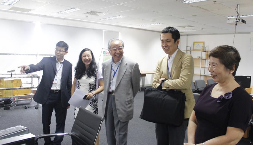 Anh Trần Hồng Minh, (trái, Phó Giám đốc FTS), giới thiệu những điểm mới mà đơn vị đang nghiên cứu.FTS là đơn vị tập trung nghiên cứu giải pháp công nghệ, đặc biệt là lĩnh vực giao thông thông minh và xử lý vi phạm trật tự an toàn giao thông bằng camera. Một số giải pháp trong giao thông FTS đang nghiên cứu và phát triển bao gồm: Giải pháp đặt chỗ và bán vé tàu cho Đường sắt Việt Nam, quản lý và điều hành vận tải hành khách công cộng (như xe buýt công cộng tại TP HCM, xe taxi), giám sát và xử lý vi phạm an toàn giao thông bằng công nghệ camera thông minh, giải pháp phân tích lưu lượng giao thông bằng công nghệ camera… Anh Minh mong muốn bác Hamaguchi tư vấn việc hợp tác với NTTData trong một số lĩnh vực như: GIS - Bản đồ số giao thông, quản lý hạ tầng kỹ thuật giao thông; Cơ sở dữ liệu đất đai; Vé điện tử và Thu phí không dừng.