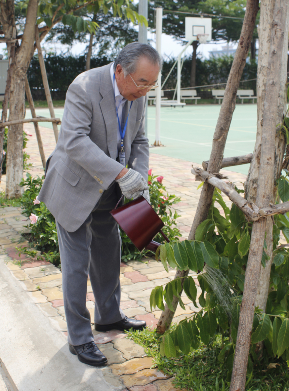 Nhân sự kiện Ngày FPT Vì cộng đồng, bác Hamaguchi đã tặng một cây trong khuôn viên tòa nhà F-Town.