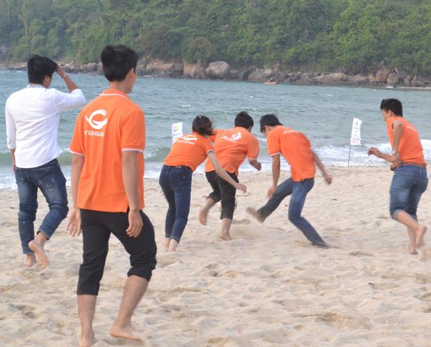 Nhiều trò chơi vận động thú vị được CBNV tham gia tích cực và mang lại những tiếng cười sảng khoái.
