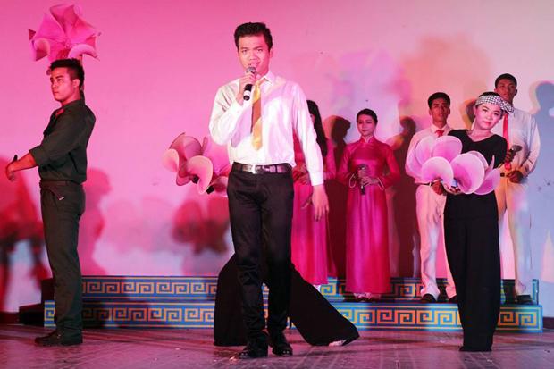 bên cạnh vai trò ca sĩ, vũ công, anh Long còn là tổng đạo diễn đêm văn nghệ ý nghĩa này, từ công tác chuẩn bị, dàn dựng, luyện tập, biên đạo múa cho đến kịch bản chương trình.