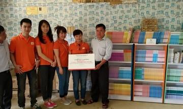 Học sinh Xéo Dì Hồ hân hoan nhận tủ sách mới
