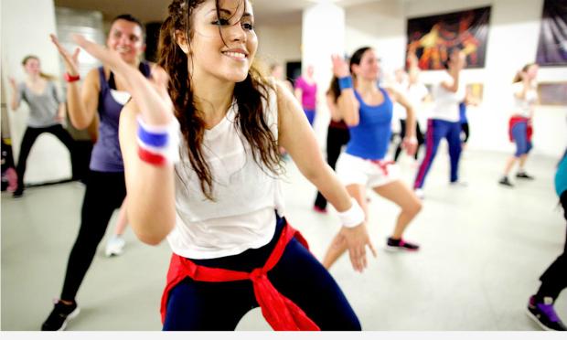 Zumba Dance là môn khiêu vũ thể hình trên nền nhạc Latin sôi động với những động tác đơn giản và gợi cảm. Những bài tập đáp ứng tốt nhu cầu giảm cân hay ước muốn về cơ thể săn chắc, những động tác phù hợp sẽ giúp bạn nhanh chóng có được thân hình ao ước.