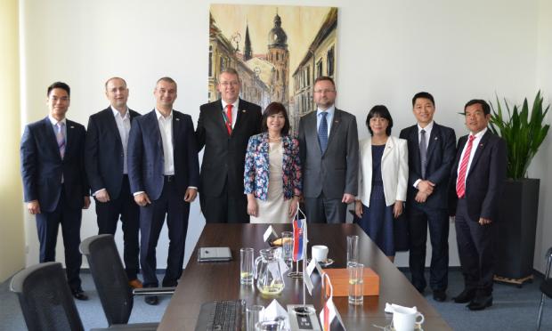 Bên cạnh đó, buổi gặp còn giúp củng cố thêm quan hệ hợp tác bền chặt giữa FPT Slovakia và Đại sứ quán Việt Nam tại Slovakia.