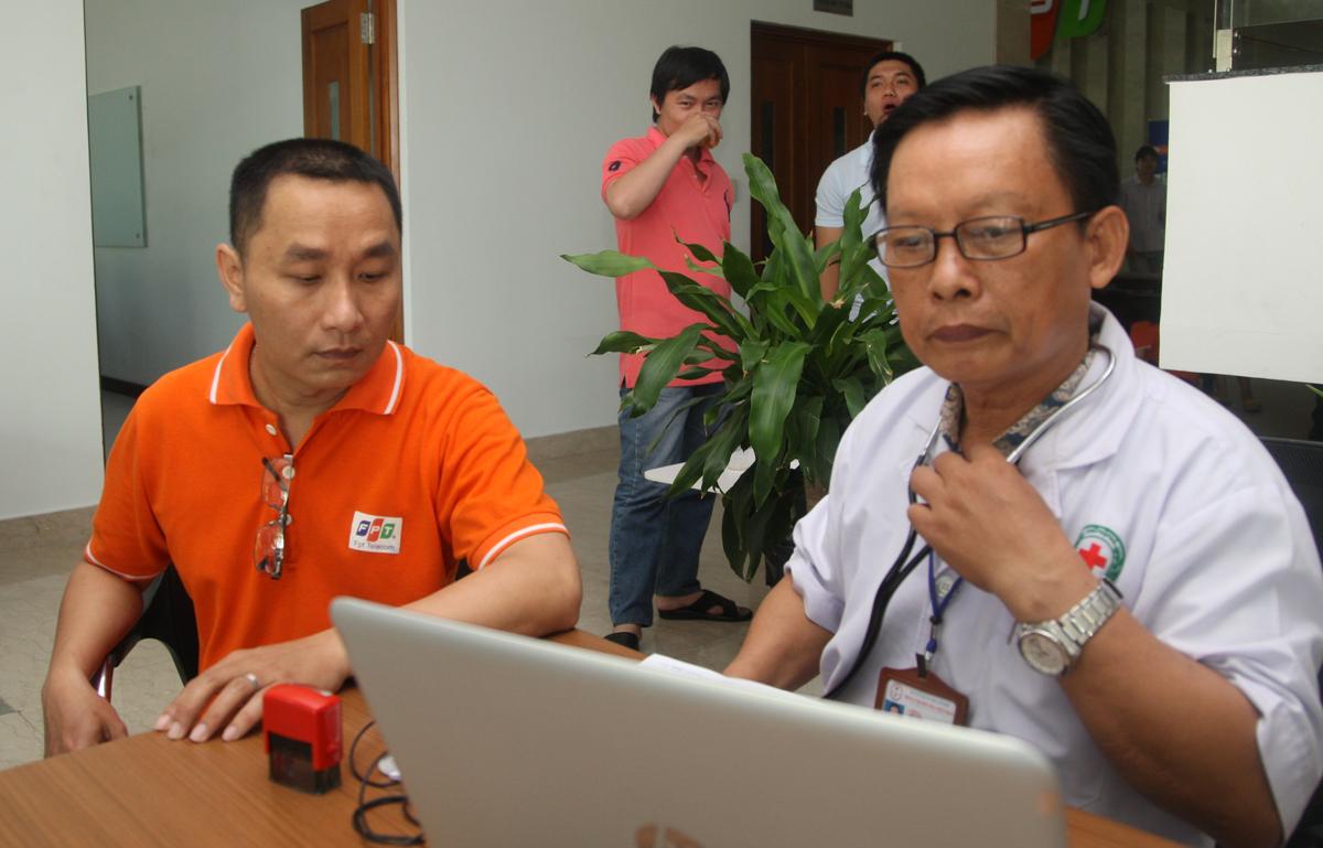 Bác sĩ Trung tâm hiến máu nhân đạo thuộc Hội chữ thập đỏ TP HCM kiểm tra thông tin hiến máu của anh Nguyễn Thanh Hải, Ban Đảm bảo Chất lượng FPT Telecom. Anh Hải cũng là người thường xuyên có mặt trong các đợt hiến máu của FPT phía Nam.