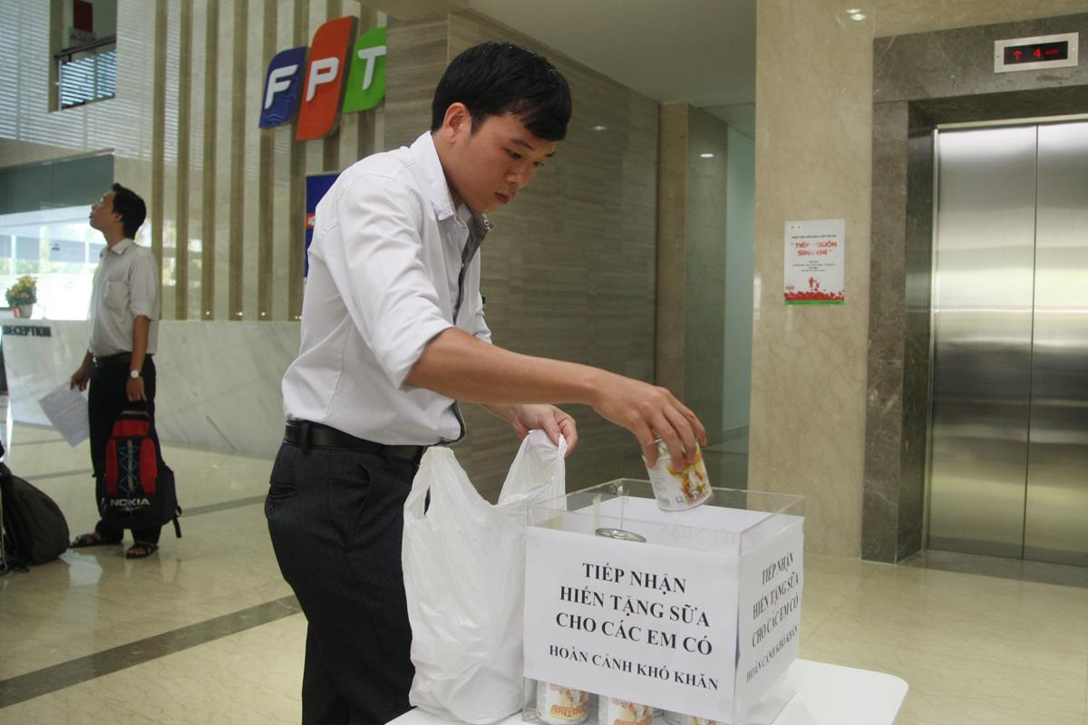 Người FPT tặng lại những món quà được nhận từ Ban tổ chức như sữa, tiền bổi dưỡng... mà chỉ giữ lại phiếu ăn sáng và thuốc bổ máu. Theo Ban tổ chức, sau đợt hiến máu, đơn vị sẽ tổ chức đi thăm và tặng số quà này đến các hoàn cảnh khó khăn.