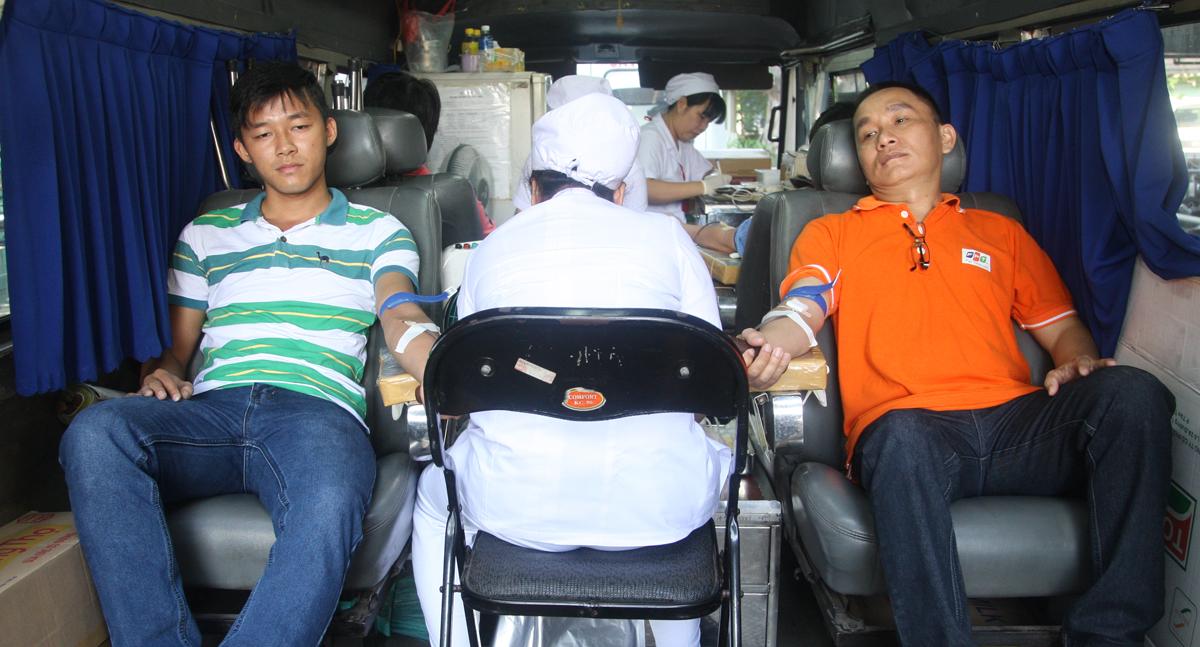 Ngoài khu sảnh, Ban tổ chức còn bố trí xe hiến máu để đáp ứng nhanh nhất việc lấy máu giúp người FPT sớm có thể trở lại công việc. Trong năm 2014, toàn FPT đã có 1.711 lượt người tham gia hiến 2.040 đơn vị máu, đáp ứng nhu cầu cấp cứu và điều trị bệnh nhân tại các bệnh viện nơi tập đoàn đóng quân, góp phần đem lại hạnh phúc cho hàng nghìn gia đình bệnh nhân.