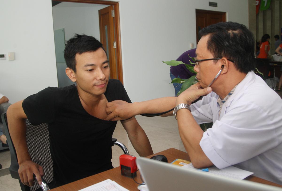 Nguyễn Văn Thành, Truyền hình FPT, cũng tranh thủ đi làm sớm hơn thường ngày để hiến máu. Thành kể, trước đây anh từng hiến tại trường ĐH khi còn là sinh viên nhưng đây là lần đầu tham gia ngày hội Tiếp nguồn sinh khí của người FPT.