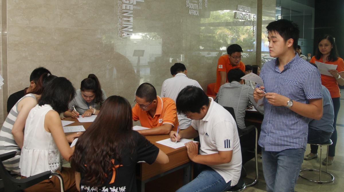 Hơn 8h, người FPT bắt đầu tham gia đông. Các bàn đăng ký đều chật kín người.