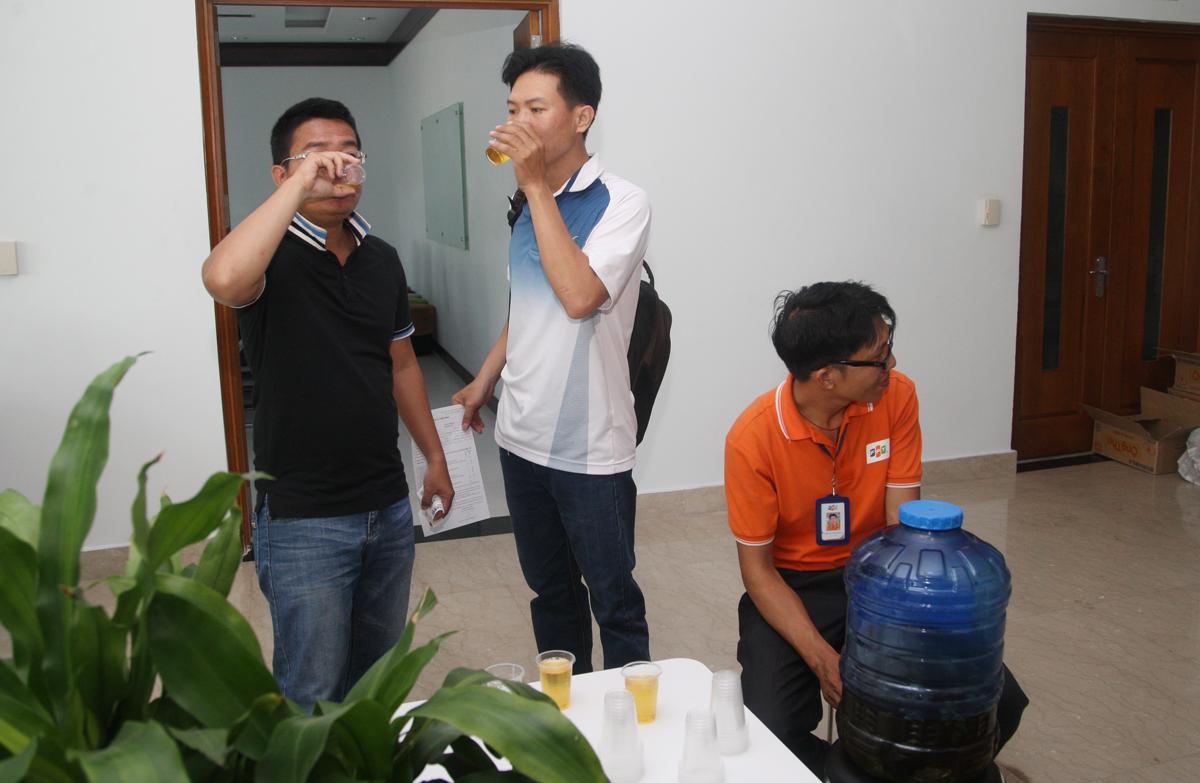 Ban tổ chức chuẩn bị trà đường cho các đồng nghiệp uống trước khi hiến máu.