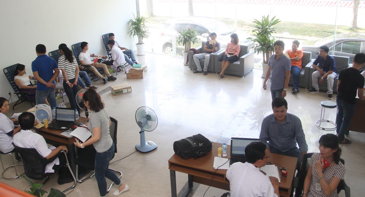 Quang cảnh khu vực hiến máu tại sảnh lúc 8h30. Theo anh Nguyễn Tiến Danh, FPT HCM, do các đồng nghiệp đi sớm nên hơn 9h, số lượng người hiến đã vượt con số 100.