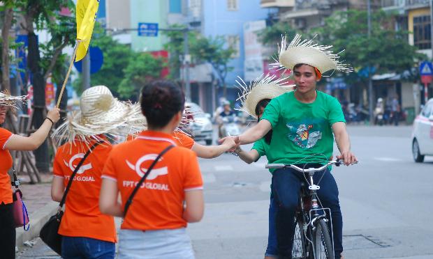 Thời tiết mát mẻ tạo điều kiện thuận lợi cho các cua - rơ tham gia hành trình đạp xe xuyên Hà Nội. Ảnh: Hoàng Xoăn.