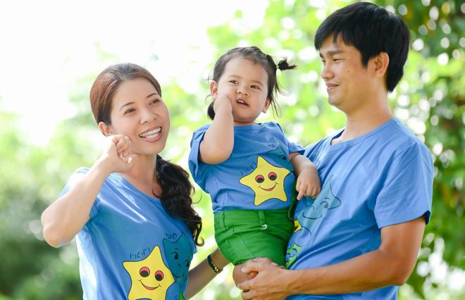 """""""Nụ cười yêu thương"""" của Lê Vũ Tường Minh bên bốLê Chí Cường, FPT IS và mẹVũ Thị Vân Hải, FPT HO."""