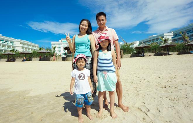 Gia đình chị Lê Thị Thoa, ĐH FPT, trong một lần đi biển.