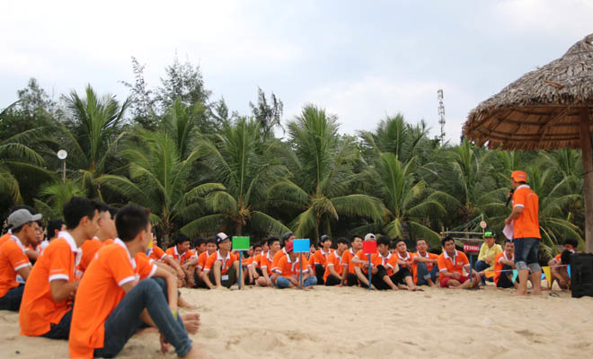 Chiều ngày 11/7, tại Khu du lịch cảng Tiên Sa, hơn 100 sinh viên FPT Polytechnic Đà Nẵng lắng nghe chia sẻ về một số phương pháp, kỹ năng cơ bản để tránh tình trạng tử vong khi gặp người bị đuối nước. Đây là khóa học định kỳ mỗi năm của nhà trường nhằm giúp sinh viên trang bị kỹ năng cần thiết khi sống chung với môi trường nước.