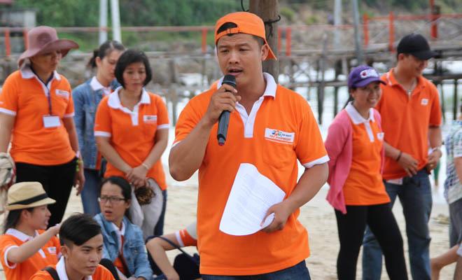 Người đứng lớp là thầy Nguyễn Xuân Biên, giảng viên Cao đẳng FPT Đà Nẵng. Bằng kiến thức và kinh nghiệm, thầy đã hướng dẫn các kỹ thuật cơ bản nhất gồm: Tư thế bồng bế, di chuyển nạn nhân, thao tác sơ cứu ban đầu, kiểm tra sự thở, hô hấp nhân tạo…