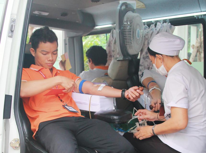 Xe hiến máu lúc nào cũng kín người.